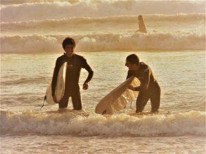 session de surf au sunset, dans le cadre d'un camp de surf pour adolescents, le porge ocean, gironde